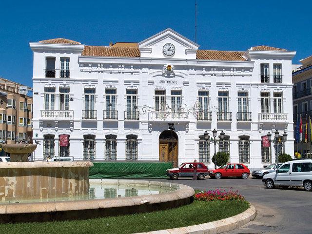 Situado en pleno centro de la localidad se encuentra el Palacio que alberga el Ayuntamiento de Tomelloso.