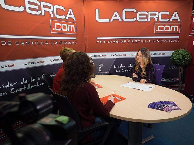 Joaqui Alarcón, presidenta de la la Asociación Costuras en la Piel en apoyo a la Unidad de Investigación de Cáncer de Albacete (ACEPAIN); Verónica Corrales, investigadora y miembro de la Junta Directiva de ACEPAIN; junto a la periodista Miriam Martínez