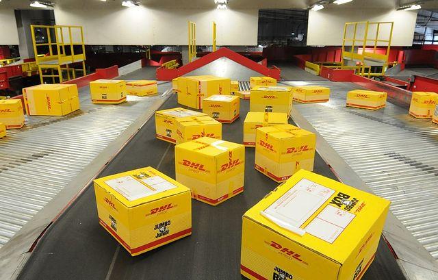 Cajas preparadas para transporte por DHL. Archivo.
