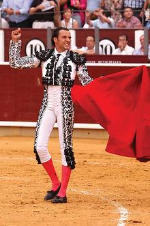 Manuel Amador saludando al público tras el triunfo conseguido en la Feria de Albacete 2004. Foto: La Mancha Press.