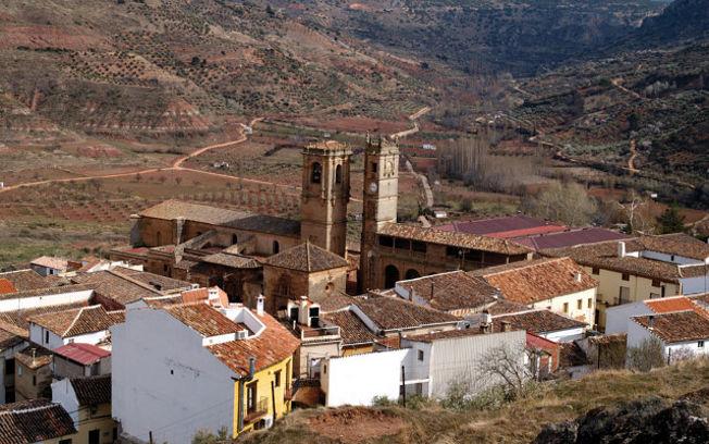Vista de Alcaraz. Destacan las Torres de El Tardón y de La Trinidad. En la foto pequeña, un Águila Imperial, especie protegida en peligro de extinción.