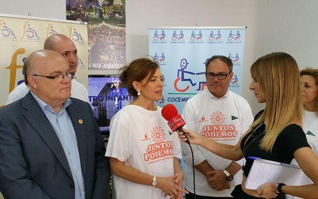 La consejera de Bienestar Social, Aurelia Sánchez, durante la entrevista realizada por La Cerca este lunes, 14 de septiembre, en la Feria Albacete, con motivo del Día de la Discapacidad. Junto a ella el delegado de la Junta, Pedro Antonio Ruiz, y otras personalidades relacionadas con el Tercer Sector.