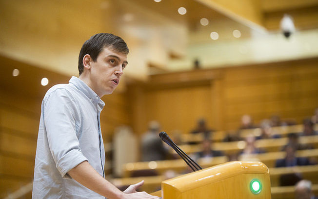 El senador Ferran Martínez, durante su intervención en el último pleno del Senado. FOTO: Irene Lingua