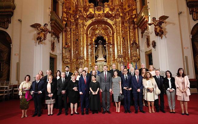 Don Felipe y Doña Letizia acompañados de los premiados y las autoridades participantes. © Casa de S.M. el Rey