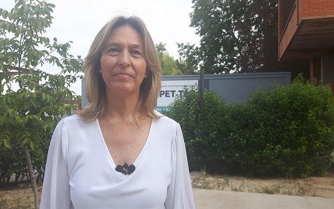 Ana Guarinos, junto al PET TAC 'provisional' del Hospital de Guadalajara.