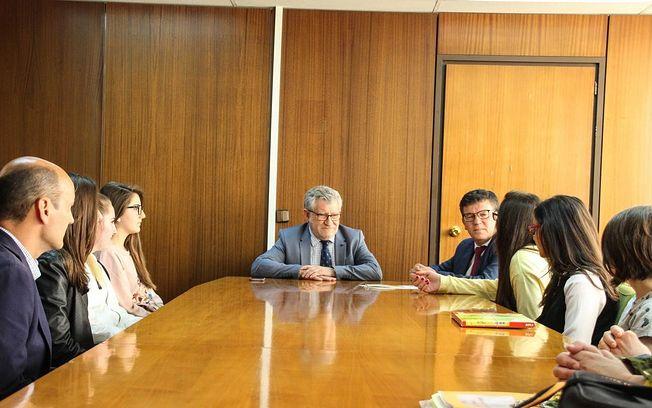Ángel Felpeto felicita a las alumnas del IES 'Tomás Navarro Tomás' integrantes de los equipos ganadores en la competición 'STEAM4Youth'.