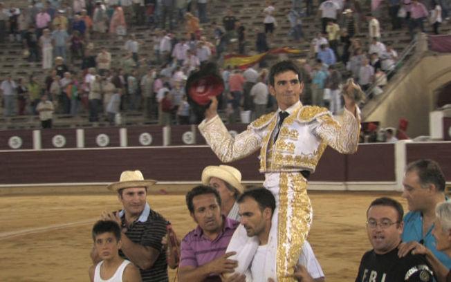 Sergio Serrano saliendo a hombros por la Puerta Grande de Albacete el día de su alternativa