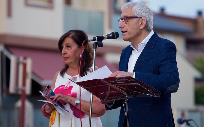 Natividad Gómez Redondo, periodista y presentadora del acto del inicio de las Fiestas del Barrio Sepulcro-Bolera, junto a Manuel Lozano Serna.