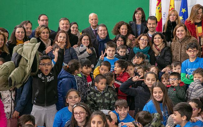 El presidente de Castilla-La Mancha, Emiliano García-Page, inaugura el nuevo pabellón polideportivo del Colegio de Educación Infantil y Primaria, 'Federico Muelas' de Cuenca. (Fotos: A. Pérez Herrera // JCCM).