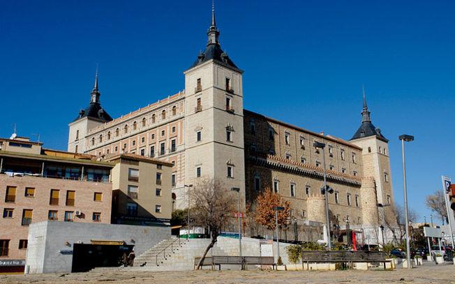 Edificio del Alcázar de Toledo que alberga el Museo del Ejército y la Biblioteca de Castilla-La Mancha.