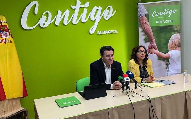Esperanza Escribano, responsable de la secretaría de Asuntos Sociales en Contigo Albacete, y Pedro Soriano, candidato a la Alcaldía de Albacete.