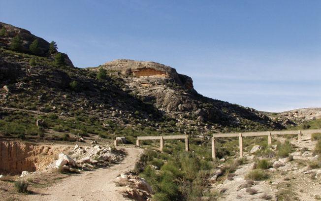 Vista del Abrigo Grande de Minateda, en Hellín (Albacete), donde se aprecia la cueva que guarda uno de los más importantes tesoros del Arte Levantino.