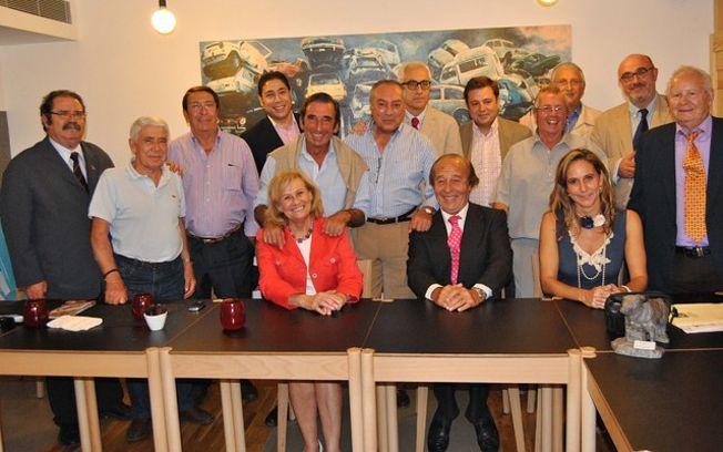 La alcaldesa de Albacete, Carmen Bayod, junto al presidente de Honor de los Premios Taurinos Samueles, Samuel Flores, y algunos de los miembros del Jurado de la VII edición de estos premios.