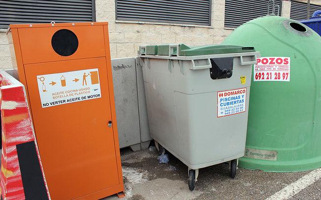 Contenedor de reciclaje de aceite doméstico usado.